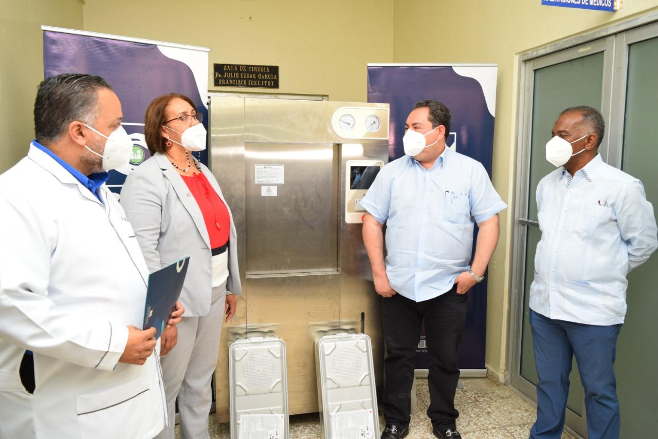 El Dr. Mario Lama, Director del Servicio Nacional de Salud entrega Autoclave, al Hospital Provincial Dr. Rafael J. Mañón.